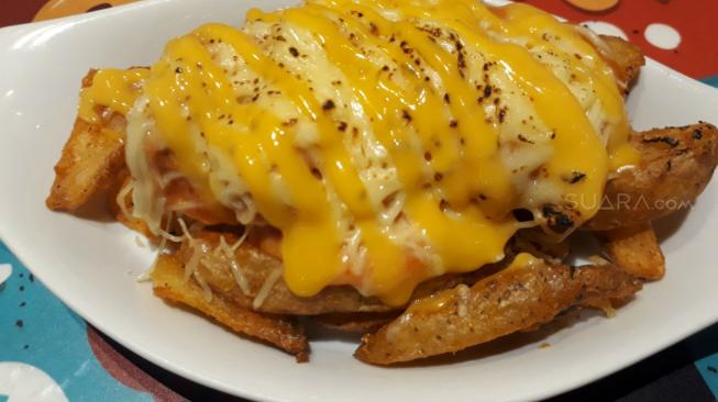 Cheese Dogfries di Royale Bakery and Cafe. (Suara.com/Risna Halidi)