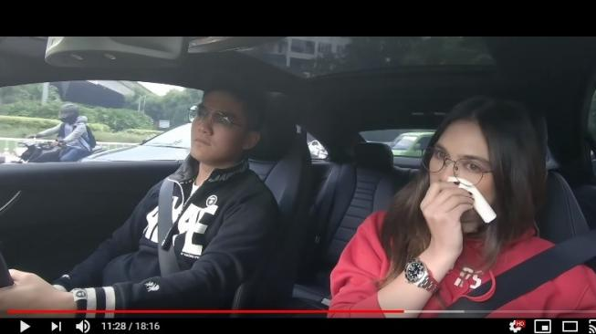 Tangkapan layar video Nebeng Boy bersama Luna Maya [YouTube/Boy William]