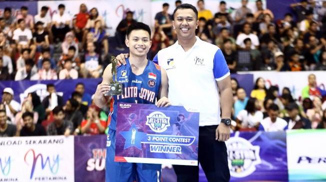 Shooting guard Pelita Jaya Basketball, Andakara Prastawa Dhyaksa raih gelar IBL Three Point Contest 2019 setelah mencetak 21 poin di Sritex Arena, Solo, Jawa Tengah, Minggu (13/1/2019). [Dok. IBL]