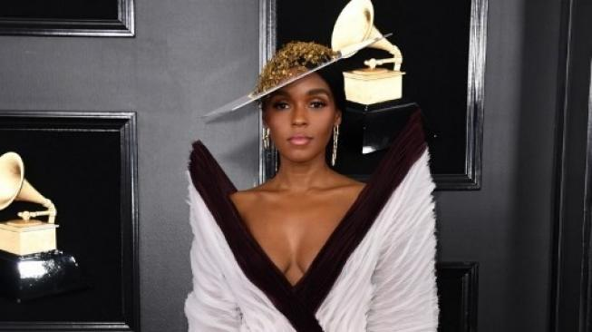 Janelle Monae di red carpet Grammy Award 2019. (Foto: VALERIE MACON / AFP)