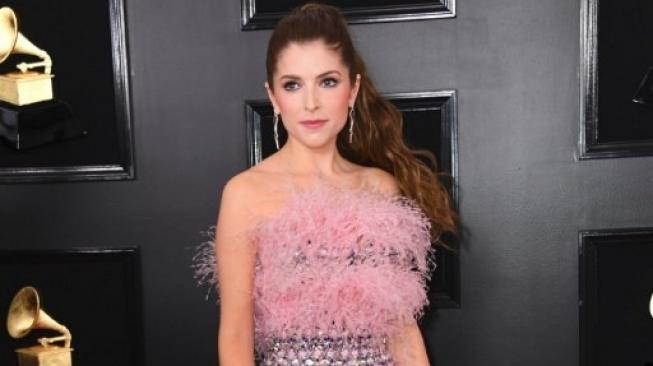 Anna Kendrick di red carpet Grammy Award 2019. (Foto: VALERIE MACON / AFP)