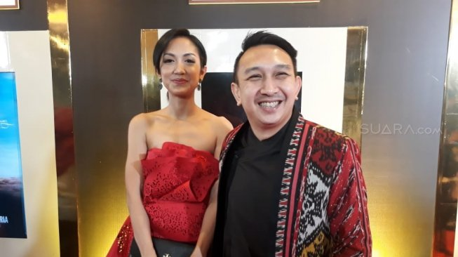 Augie Fantinus dan istrinya Adriana Bustami di Indonesian Movie Actors (IMA) Awards 2019. [Sumarni/Suara.com]
