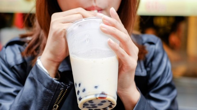 Minum bubble tea. (Shutterstock)