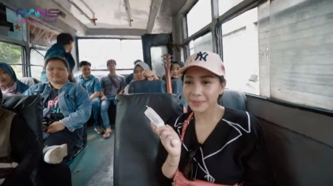 Nagita Slavina naik Metromini. (YouTube/Rans Entertainment)