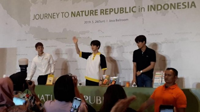 Fan Signing EXO dalam launching Nature Republic. (Suara.com/Dinda Rachmawati)