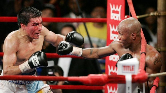 Petinju veteran Zab Judah (kanan) saat menghadapi Carlos Baldomir di Madison Square Garden, New York, AS, Sabtu (7/1/2006). [AFP/Don Emmert]