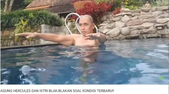 Agung Hercules berenang (Youtube/Agung Hercules TV)