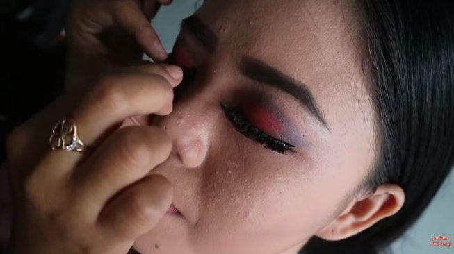 Mencoba makeup di salon terburuk. (YouTube/Pebbi Lieyanti)