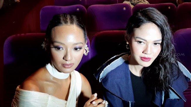 Asmara Abigail (kiri). [Yuliani/Suara.com]