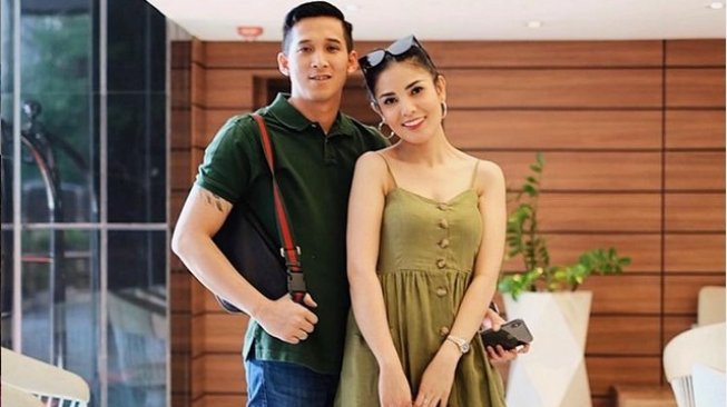 Nindy Ayunda with husband. [Instagram]