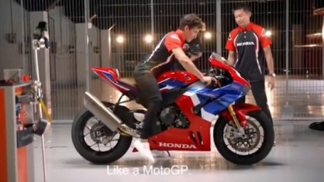 Marc Marquez saat bersiap hendak menjajal Honda CBR1000 RR-R di trek [screen shot, video Honda Global].