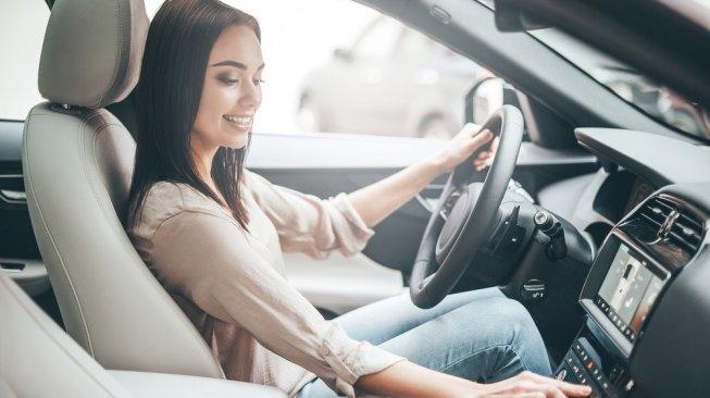 Ilustrasi seorang perempuan berada di kabin mobil. [Shutterstock]