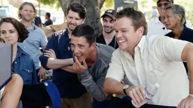 Matt Damon (kanan) dan Christian Bale (kiri) menonton hasil shooting akting mereka di Ford v Ferrari [scrren shot: YouTube CBS Sunday Morning].