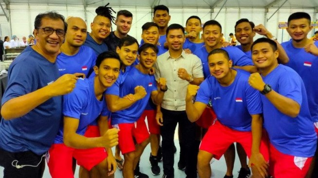 Timnas Polo Air Indonesia foto bareng dengan legenda tinju dunia asal Filipina, Manny Pacquiao (tengah), di sela latihan jelang SEA Games 2019 di New Clark City Aquatic Center, Capas, Senin (25/11/). [Dok. PRSI]