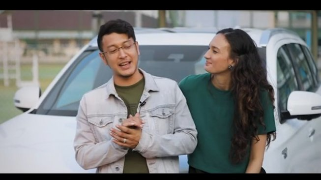 "Dimas Anggara dan Nadine Chandrawinata dalam ""Start Now Project"" bersama Mitsubishi Outlander PHEV [YouTube: Mitsubishi Motors Indonesia]."