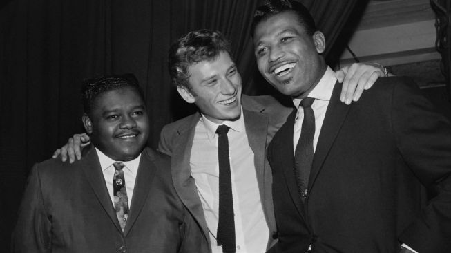 Legenda tinju dunia, Sugar Ray Robinson (kanan), bersama penyanyi Prancis, Johnny Hallyday (tengah), dan pianis AS, Fats Domino. [AFP]