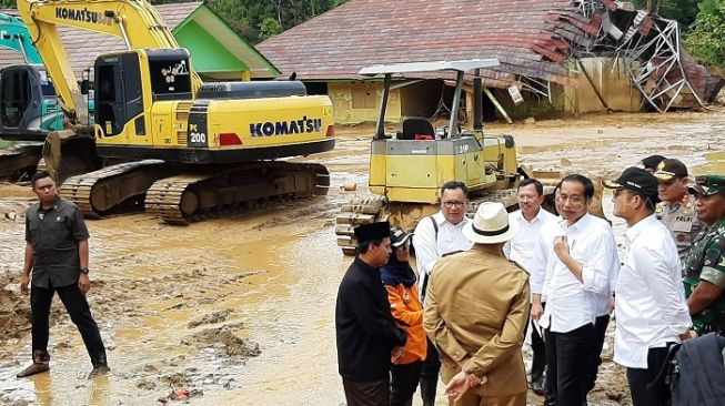 Presiden Jokowi saat meninjau lokasi bencana banjir bandang di Lebak, Banten. (Suara.com/Ummi HS).
