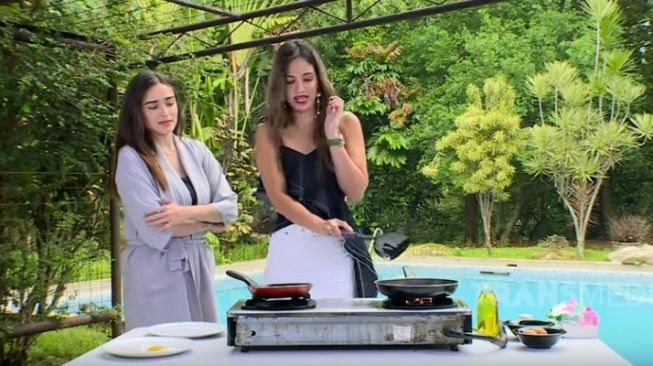 Nia Ramadhani masak telor ceplok [Youtube/Transtv Official]