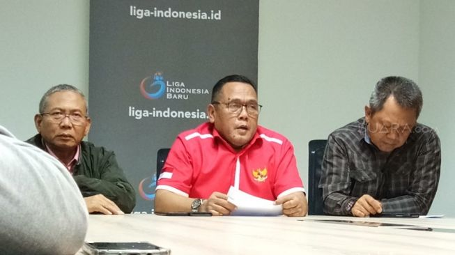 President Director of PT Liga Indonesia Baru (LIB) as well as Deputy Chairman of PSSI, Cucu Soemantri (center) when meeting with media crews at the PT LIB Office, Jakarta, Tuesday (2/2/2020) night. (/Adie Prasetyo Nugraha)