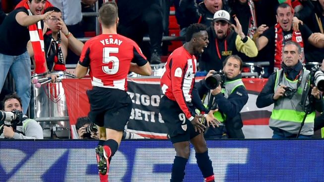 Selebrasi striker Athletic Bilbao, Inaki Williams, usai menjebol gawang Barcelona. (Ander Gillenea/AFP).