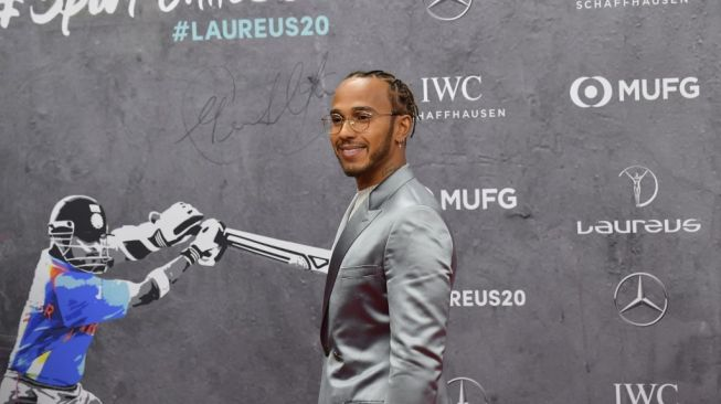 Pebalap Formula 1 (F1) dari tim Mercedes, Lewis Hamilton, saat menghadiri red carpet Laureus World Sports Awards 2020 di Berlin, Jerman, Senin (17/2/2020). [AFP/Tobias Schwarz]