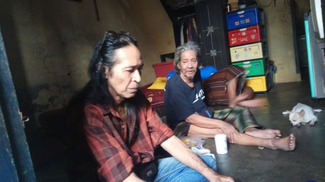 Naniel Yakin (right) when visited by his friend, Rudi Soeherman (doc. Rudi Soeherman)