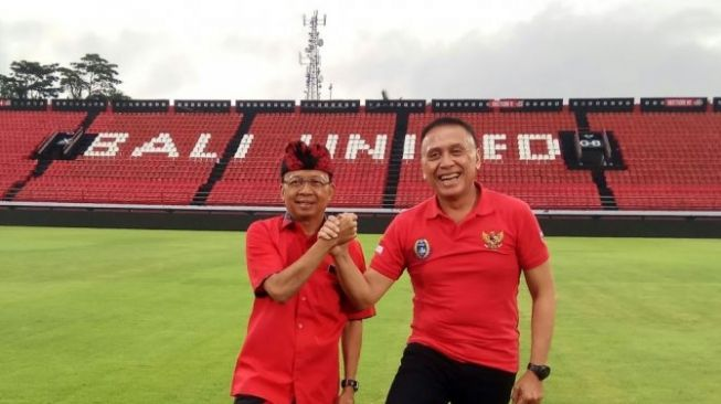 PSSI Chairperson Mochammad Iriawan (right) with Bali Governor Wayan Koster while observing the Captain I Wayan Dipta Stadium, Gianyar Regency as a preparation for the U-20 World Cup soccer venue in 2021. (Antaranews / I Komang Suparta / 2020)