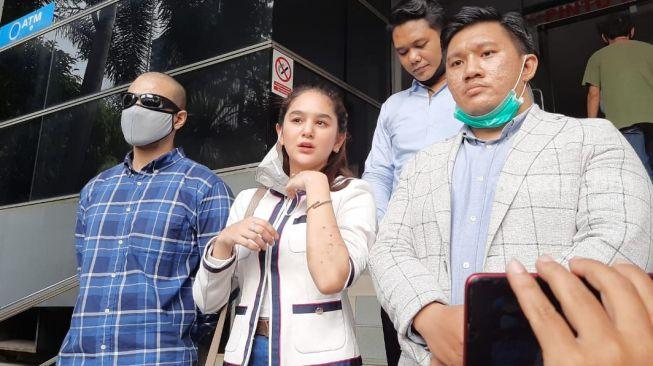 Bintang FTV Hana Hanifah melaporkan selebgram Nabila Aprilia ke Polda Metro Jaya dengan tuduhan penganiayaan, Rabu (17/6/2020). [Ismail/Suara.com]