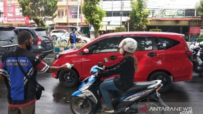 Bikin Salut, Tukang Parkir di Bengkulu Bagikan 1000 Masker Gratis