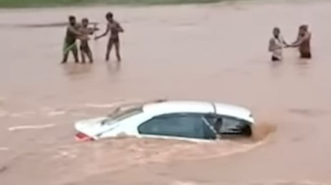 Honda City masuk ke sungai (Youtube)