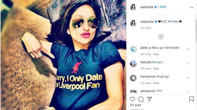 Rahma Azhari saat mengenakan jersey Liverpool. (Instagram/@raazharita).