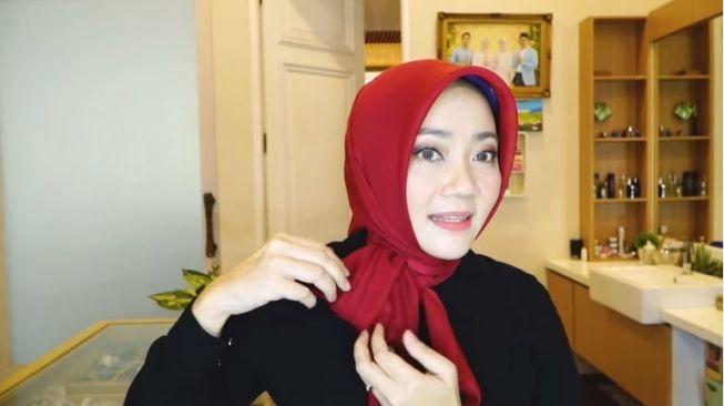Hijab Segi Empat ala Istri Ridwan Kamil (youtube.com/Atalia Kamil)