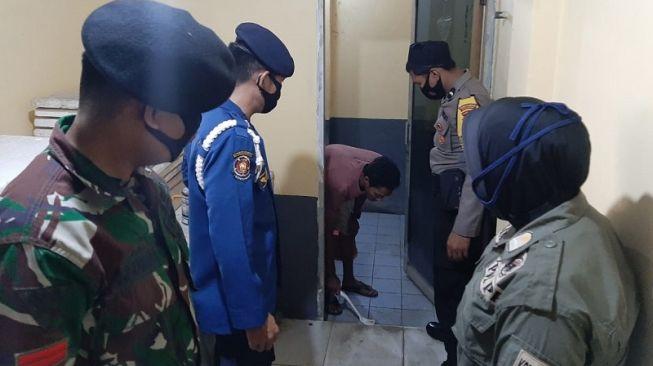 Warga Makassar Ini Disuruh Bersihkan Toilet Karena Melanggar Protokol