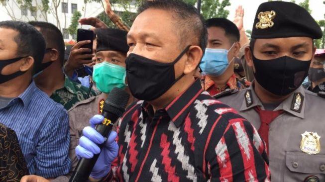 Gubernur Kalimantan Barat Sutarmidji temui pendemo di halaman kantor Gubernur Kalbar,Jumat (9/10/2020). (Suara.com/Eko Susanto)