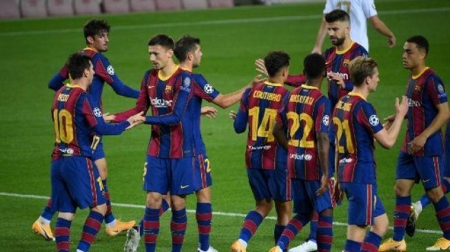 Para pemain Barcelona merayakan gol Lionel Messi ke gawang Ferencvaros dalam laga fase grup Liga Champions di Camp Nou. LLUIS GENE / AFP