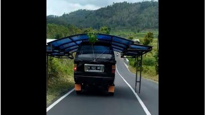 Angkutan mobil ini bikin salah fokus (Facebook)