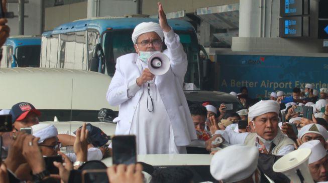 Habib Rizieq Shihab (HRS) menyapa massa yang menjemputnya di Terminal 3 Bandara Soekarno Hatta, Tangerang, Banten, Selasa (10/11/2020).  [ANTARA FOTO/Muhammad Iqbal]