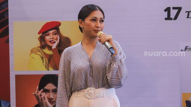 Tata Janeeta tampil bernyanyi saat perilisan album 'Masterpiece' Maia Estianty di Kawasan Kemang, Jakarta Selatan, Selasa (24/11). [Suara.com/Alfian Winanto]