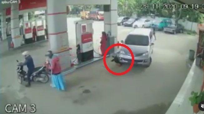 Terekam CCTV, Bocah Terlindas Mobil di SPBU Gegara Blind Spot