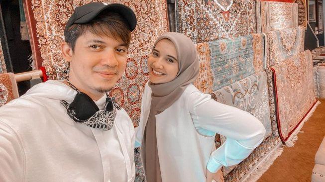 Irwansyah dan Zaskia Sungkar. [Instagram]