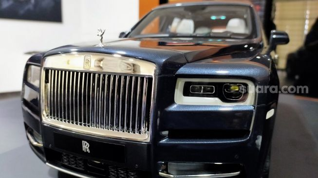 Model Rolls-Royce Cullinan  tampak haluan. Simak detail logo