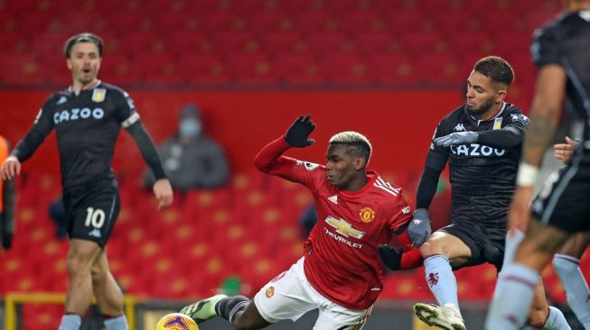 Manchester United midfielder Paul Pogba fell into the penalty area while guarding the ball from Aston Villa midfielder Douglas Luiz (right) in Premier League Week 17, at Old Trafford, Saturday (2/1/2021) WIB at dawn. [CARL RECINE / POOL / AFP]