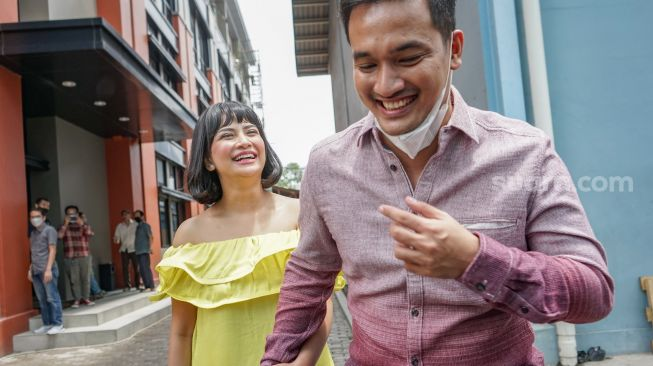 The couple Vanessa Angel and Aunt Ardiansyah smiled happily at the camera when they were met in the Tendean area, South Jakarta, Wednesday (20/1/2021). [Suara.com/Alfian Winanto]