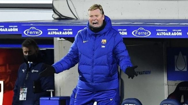 The reaction of Barcelona coach Ronald Koeman when his team face Huesca in early January 2021 at El Alcoraz. [AFP]