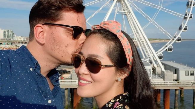 Gracia Indri is kissed intimately by her bully boyfriend. [Instagram]