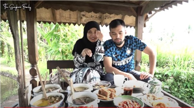 Shireen Sungkar dan Teuku Wisnu di kopi klotok. - (YouTube/TheSungkarsFamily)