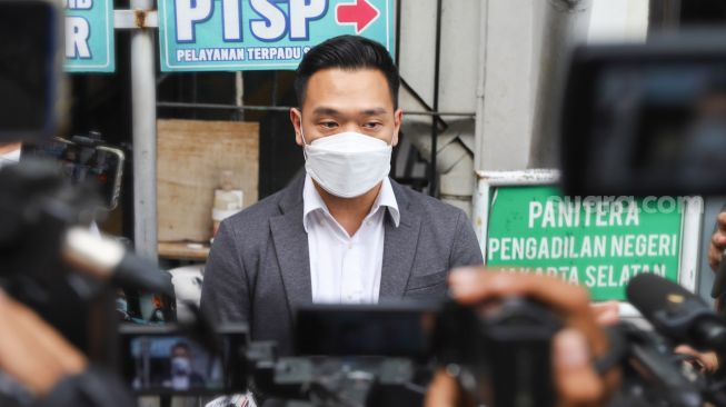 Michael Yukinobu De Fretes after watching the continued trial of the spreader of an immoral video of himself and Gisella Anastasia at the South Jakarta District Court, Tuesday (23/3/2021). [Suara.com/Alfian Winanto]