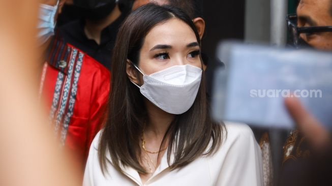 Singer Gisella Anastasia gave a statement to the media crew after being a witness in the follow-up trial of the spreader of an immoral video of herself and Michael Yukinobu De Fretes at the South Jakarta District Court, Tuesday (23/3/2021). [Suara.com/Alfian Winanto]