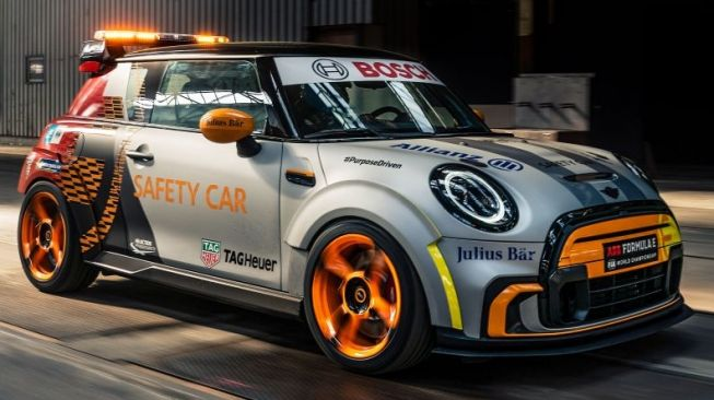 MINI Eelectric Pacesetter dalam balutan warna seru sebagai safety car balap single seater [MINI-BMW via Paultan.org].