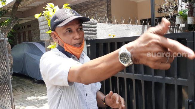 Ketua RT Mahligai Kencana saat memeragakan penembakan aksi perampok yang dia gagalkan bersama keponakan dan adik iparnya di Jalan Suka Bakti 1, Serua Indah, Ciputat, Kota Tangerang Selatan, ditemui Jumat (9/4/2021). [Suara.com/Wivy Hikmatullah]